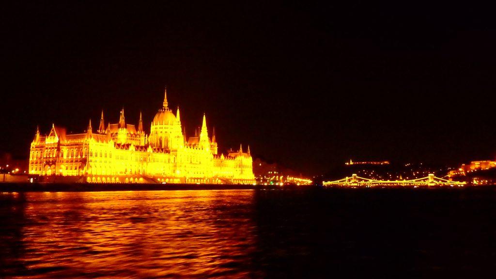 ブダペストの夜景観光なら ドナウ川クルーズがおすすめ