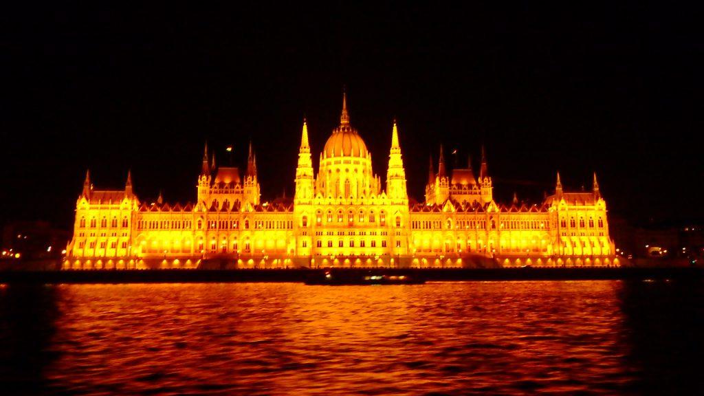ブダペストの観光 ナイトクルーズ 国会議事堂の夜景