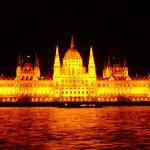 ハンガリー・ブダペストの夜景なら!ドナウ川のナイトクルーズがおすすめ。