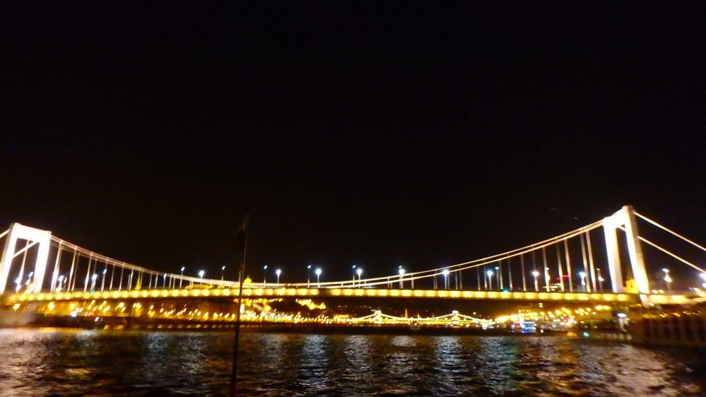 ブダペストの夜景観光 クルーズ エルジェーベト橋