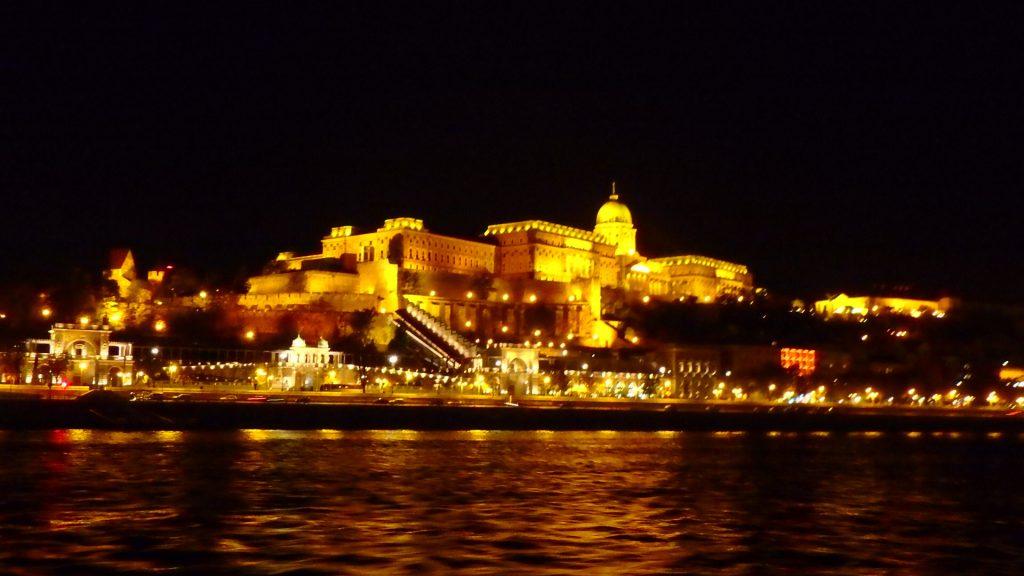 ブダペストの夜景観光 クルーズ ブダ城