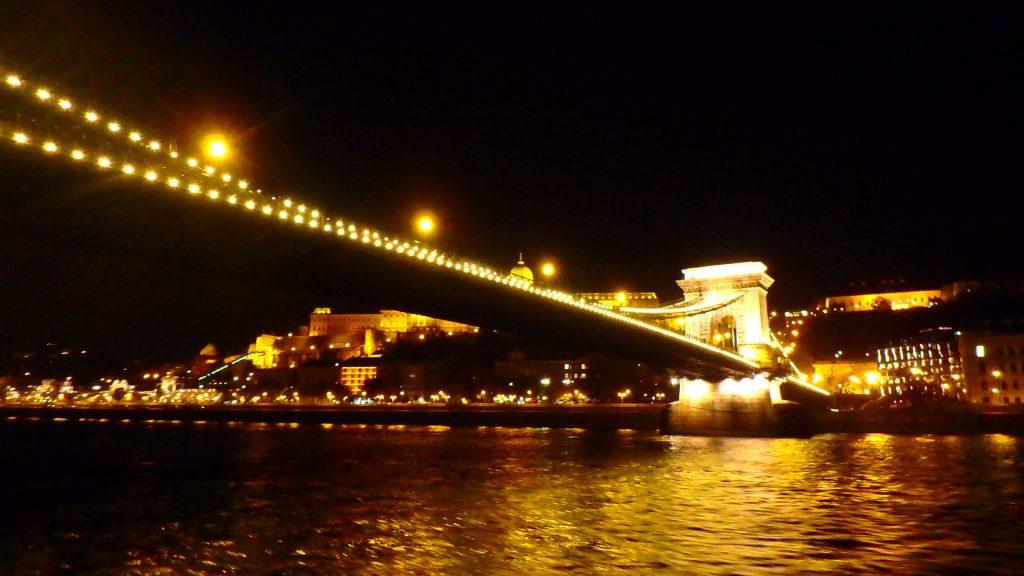 ブダペストの夜景観光 クルーズ セーチェーニ鎖橋
