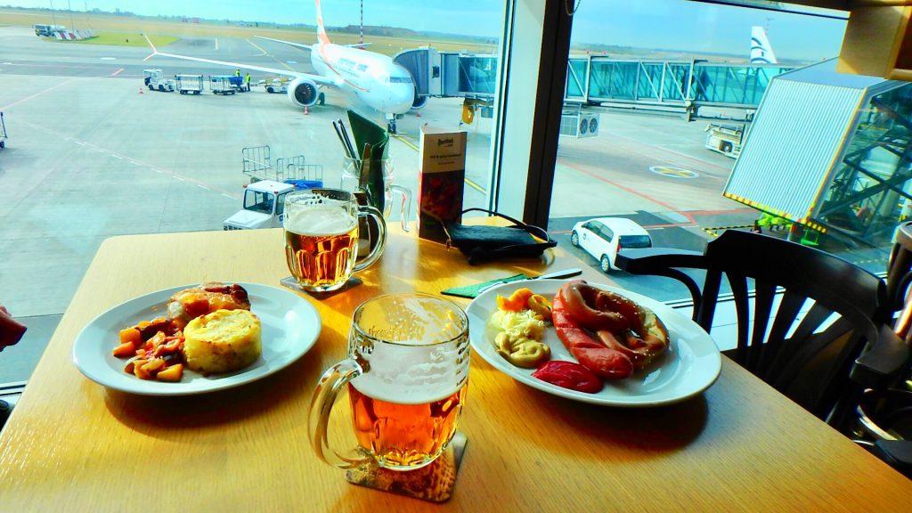 チェコ プラハの空港 ドイツ料理とビール