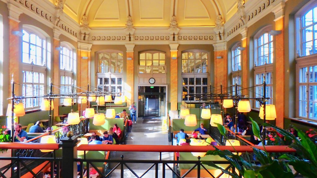 ブダペストの観光スポット 世界一美しいマクドナルド