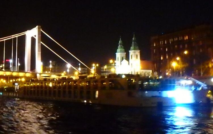 ブダペストの夜景観光 クルーズ 旧市街聖堂