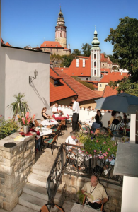 チェスキークルムロフ オープンテラスのカフェ