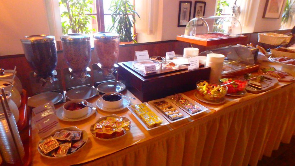 チェスキークルムロフ ホテルコンヴィツェの朝食ビュッフェ