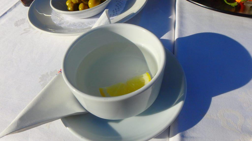 シーフードレストラン 貝を触った手を洗う レモン水