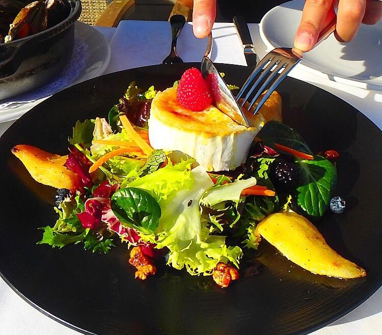 バルセロナ レストラン 山羊のチーズが美味しいサラダ
