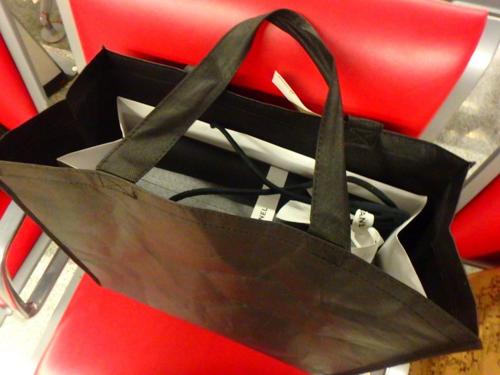 パリのシャネル本店の紙袋