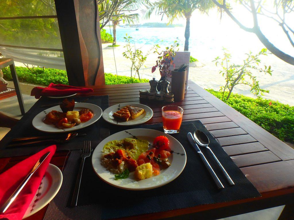 モルディブ 海沿いで朝食 テラス席