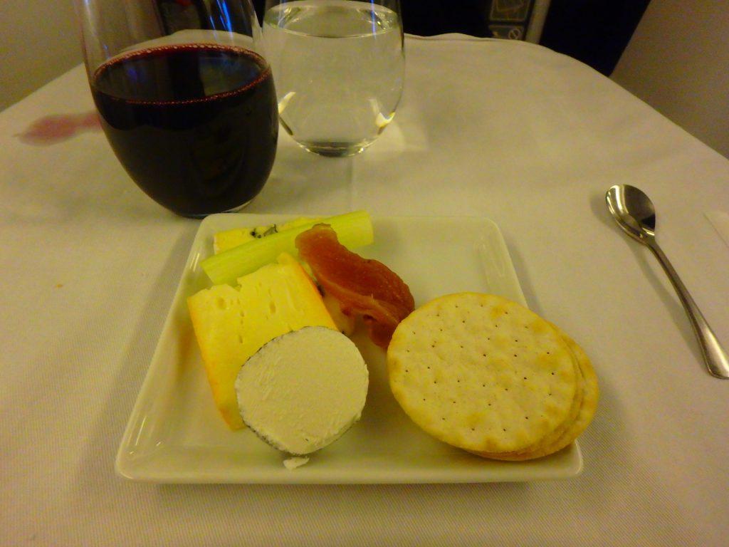 ANAビジネスクラスの軽食 チーズ ワインのおつまみ