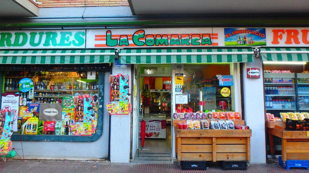 カンプノウ近くのコンビニ 商店
