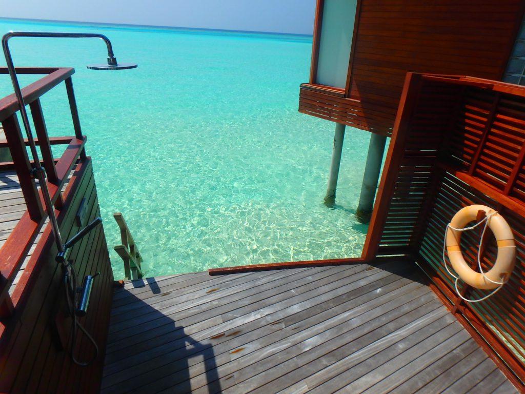 モルディブ 海に出られる 水上コテージ