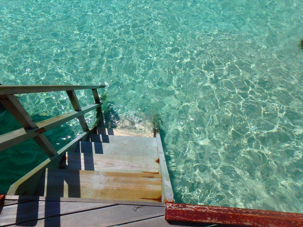 モルディブ 海に繋がっている階段 水上コテージ