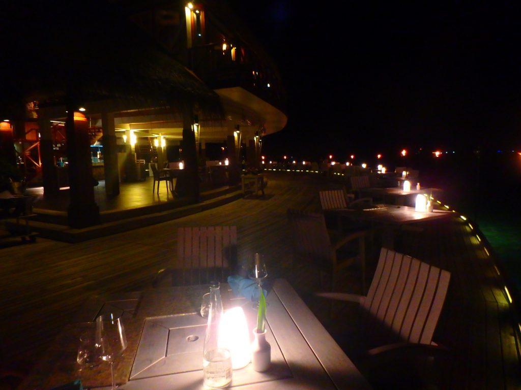 モルディブ 海沿いレストラン ディナー