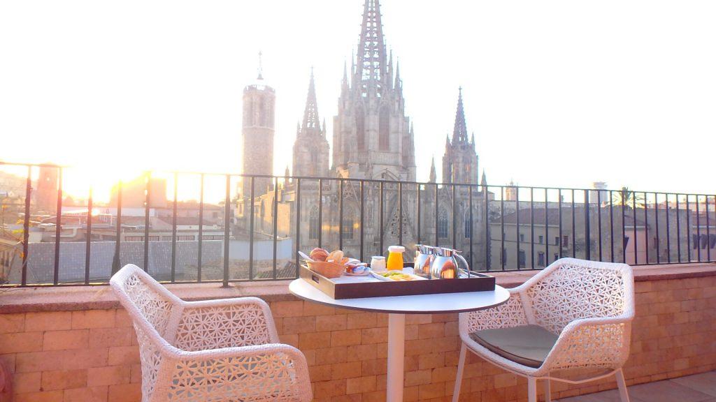ホテル コロン バルセロナ バルコニーで朝食