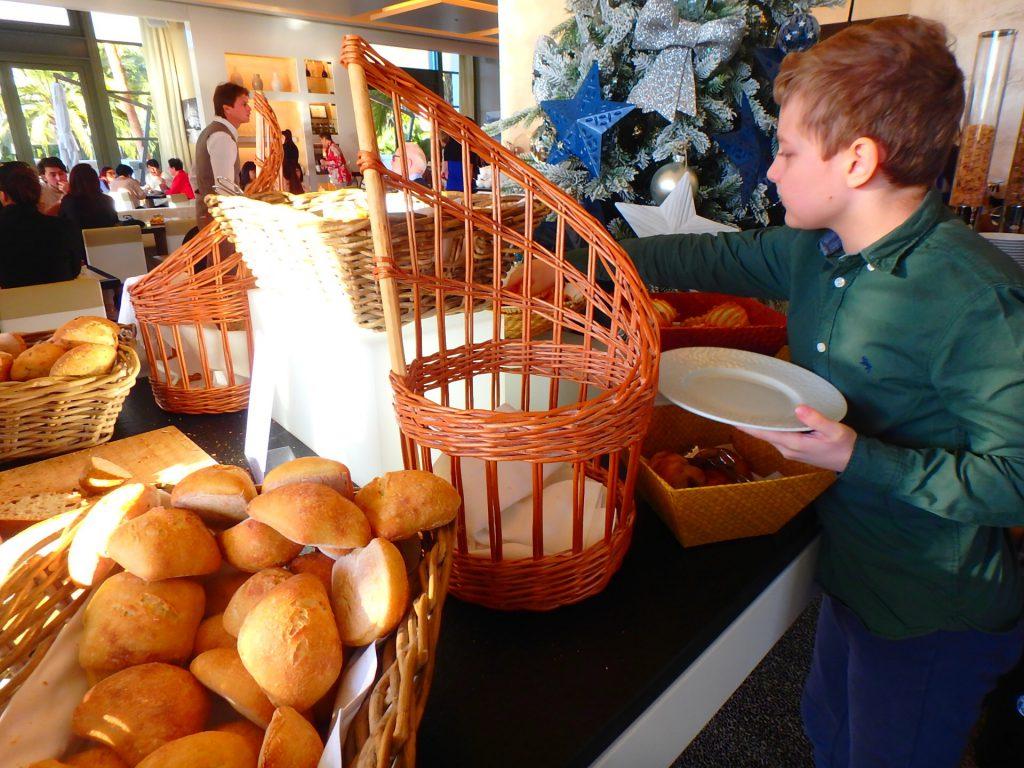 モナコ ホテル 朝食 パン