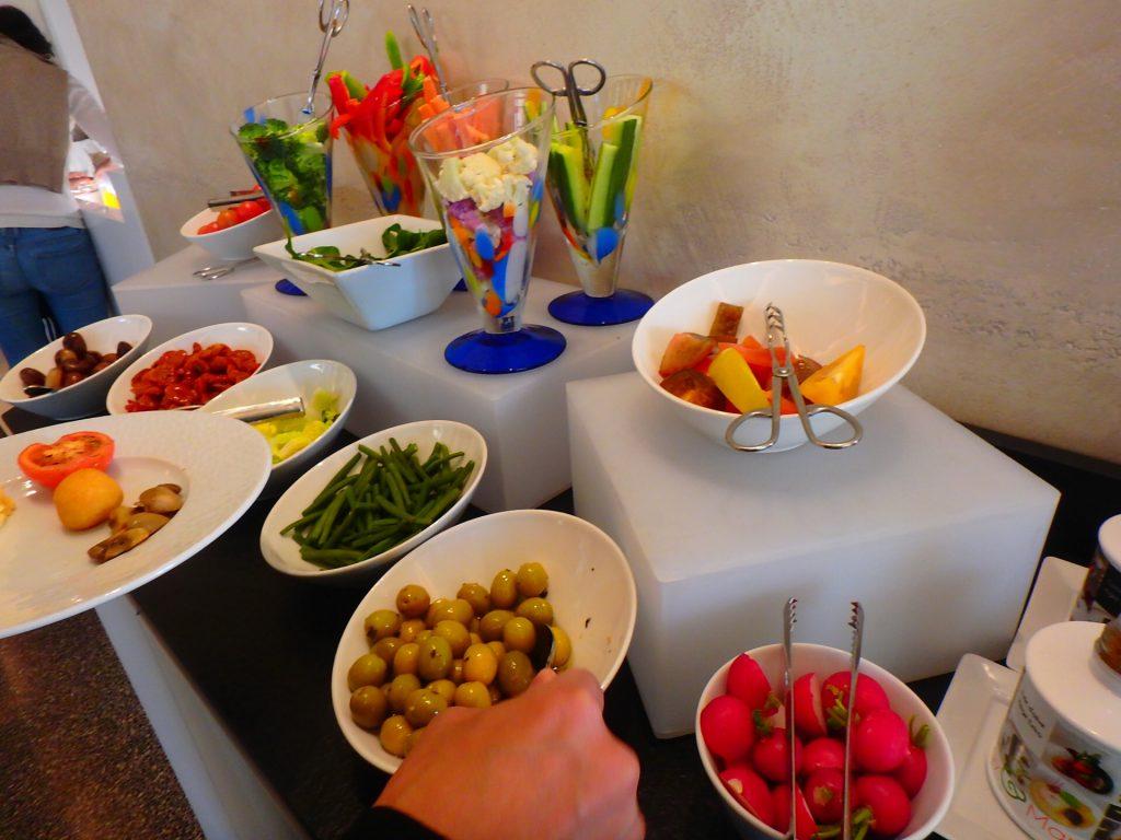 モナコ モンテカルロベイ 朝食 サラダ