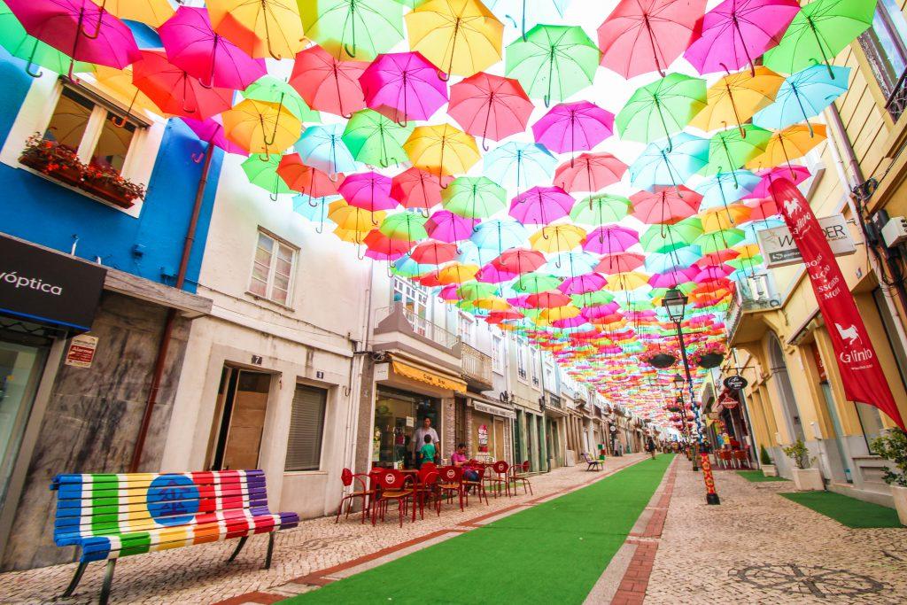ポルトガル 傘祭り アンブレラ・スカイ・プロジェクト