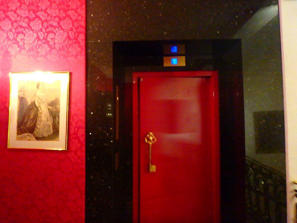 フランス 老舗ホテル エレベーター