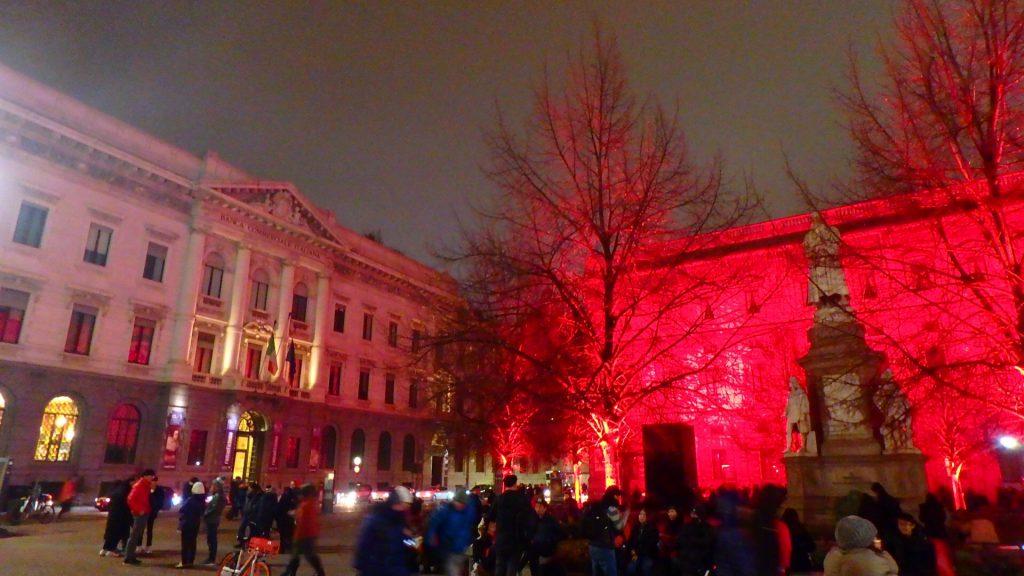 クリスマス ミラノ スカーラ広場 レオナルド・ダ・ヴィンチ像