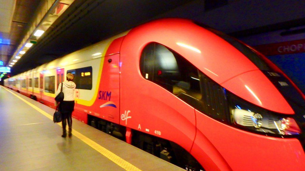 ポーランド ワルシャワ 電車 空港から市内
