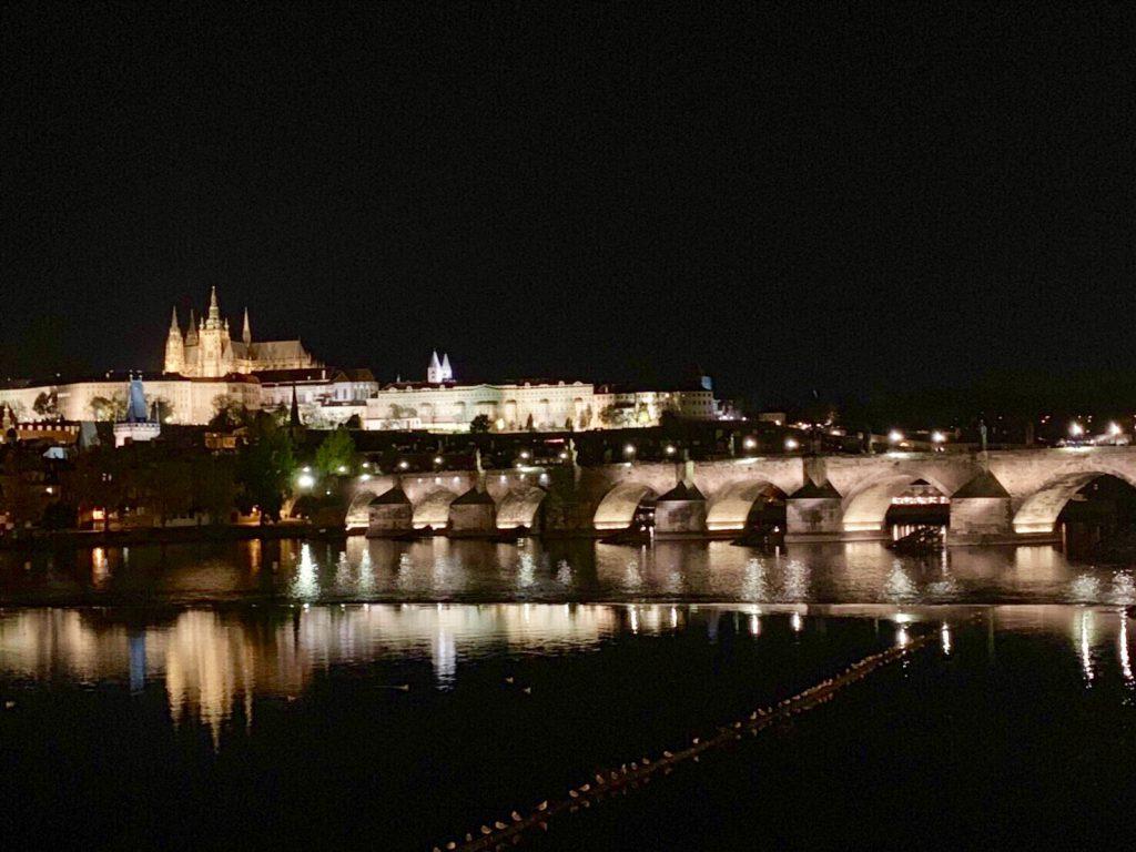 プラハ カレル橋 ライトアップ