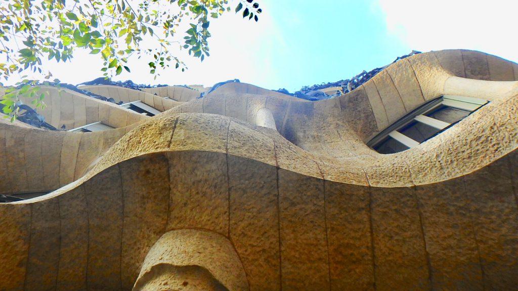 ガウディ 建築物 曲線