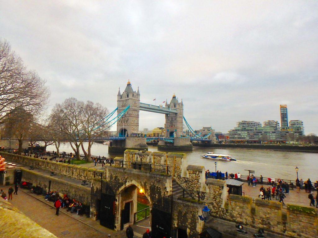 ロンドン塔からの景色 タワーブリッジ